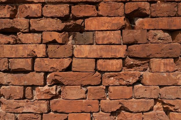非常に古い赤レンガの背景。セメント接合部のない壁。