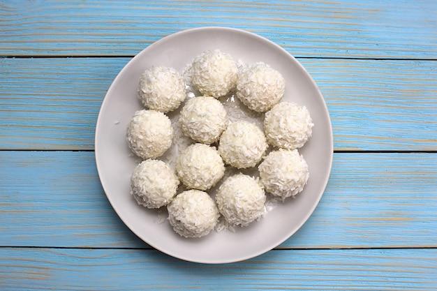 Фон из белых сладких шариков с кокосовой стружкой