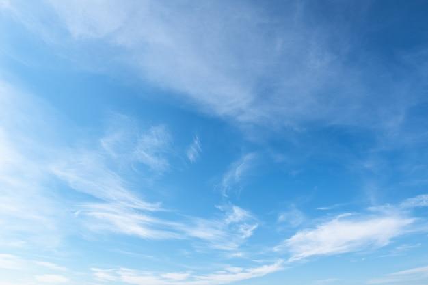 무성 한 빛 흰 구름과 배경 그라데이션 푸른 하늘.