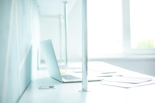 사무실 책상에 노트북 및 비즈니스 문서의 배경 이미지입니다. 비즈니스 개념입니다.