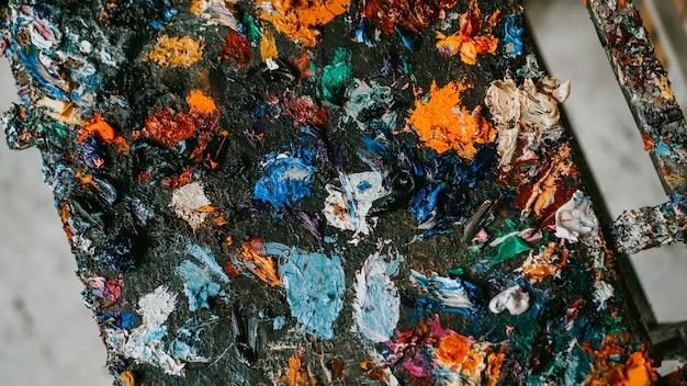 明るいマルチカラーの油絵の具パレットのクローズアップの背景画像
