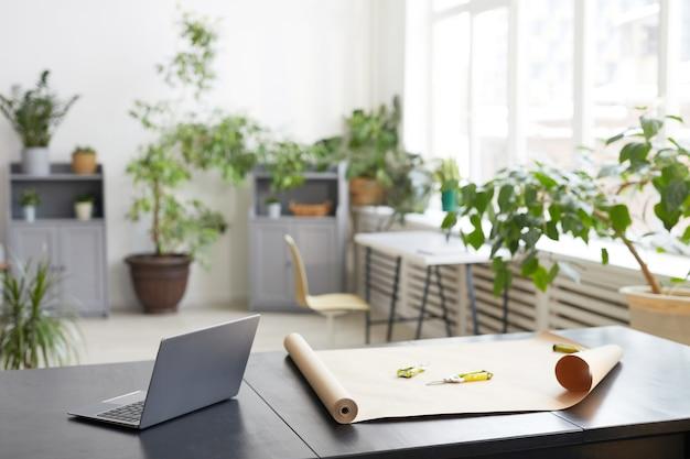 Фоновое изображение интерьера пустого офиса, украшенного зелеными растениями, концепция рабочего места флористов, копией пространства