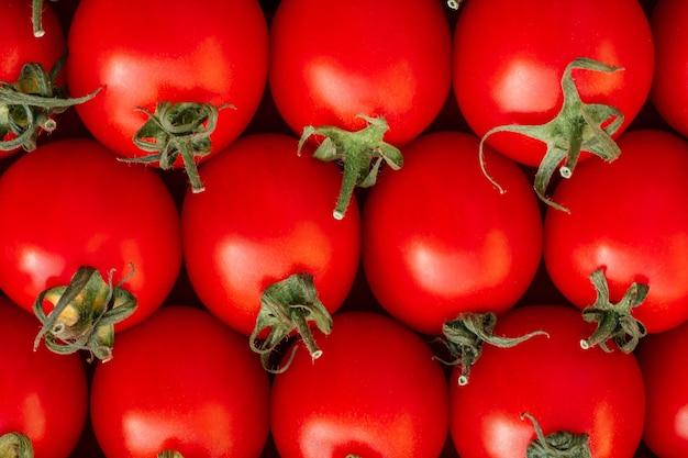 赤い熟したチェリートマトの横になっている行の背景画像。上面図。フラットレイ、コピースペース