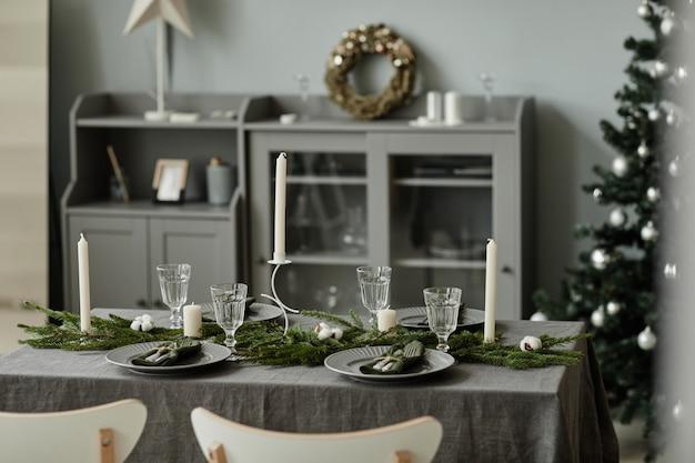 Фоновое изображение минималистичного домашнего интерьера со столовой, украшенной для рождественской копии пространства