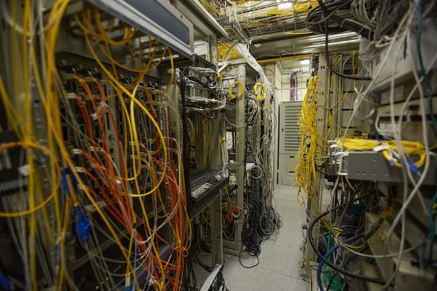 Фоновое изображение сетевой серверной комнаты с интернет-кабелями и проводами в кучах, копия
