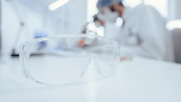 Фоновое изображение ученых, работающих в научной лаборатории