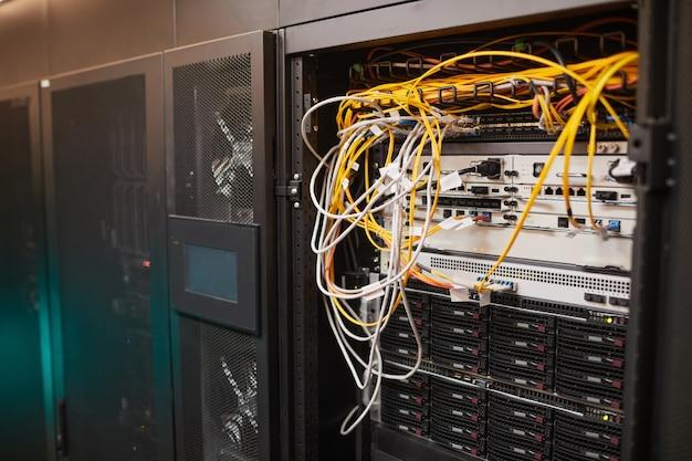 데이터 센터, 슈퍼컴퓨터 네트워크, 복사 공간에 케이블과 전선이 있는 서버 캐비닛의 배경 이미지