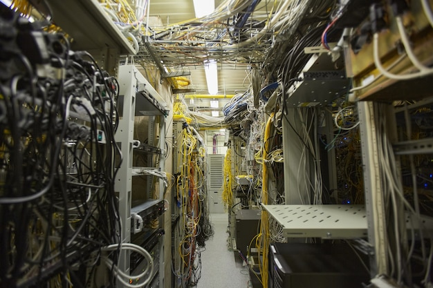 Фоновое изображение сети серверной комнаты с интернет-кабелями и проводами в кучах, копия