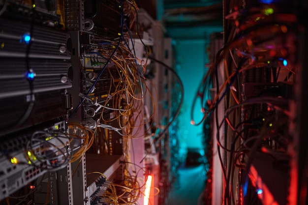 인터넷 케이블과 전선이 있는 서버실의 배경 이미지, 복사 공간