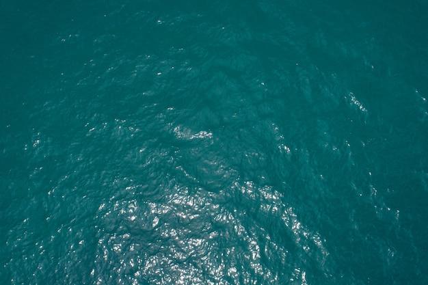 열 대 바다 표면 물의 배경 이미지 태양의 부드러운 표면 바다 반사 무인 항공기 카메라에 의해 상위 뷰입니다.