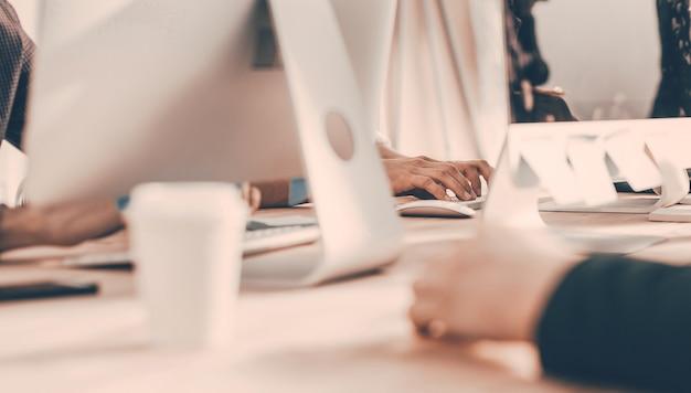 Фоновое изображение офисных сотрудников на рабочем месте