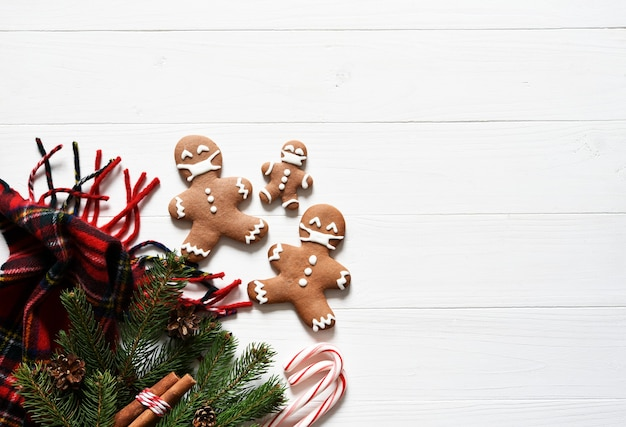 Фон в рождественской концепции. украшение елью и пряниками