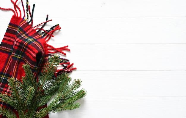 크리스마스 컨셉의 배경입니다. 전나무와 스카프로 장식