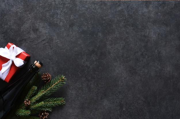 新年のコンセプトの背景。モミ、ギフトボックス、シャンパンボトルの装飾