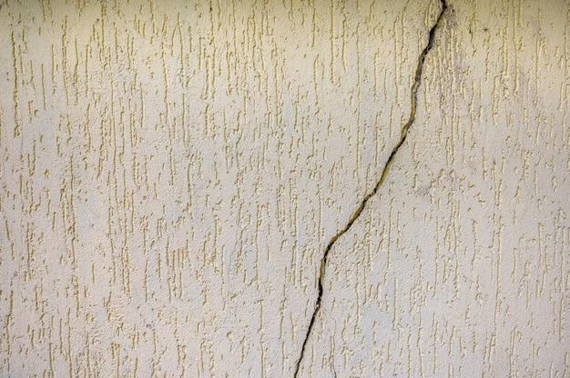 Фон представляет собой желтую текстуру каменной стены с трещиной в средней копии пространства.