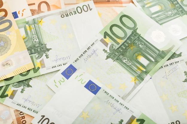 흩어져있는 유로 지폐 50, 100 지폐의 배경. 돈, 비즈니스, 금융, 저축, 은행 개념. 환율. 확대.