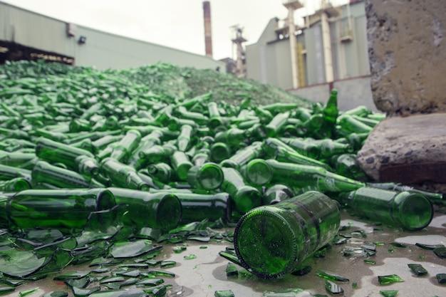 녹색에서 깨진 유리의 많은 조각 재활용 배경