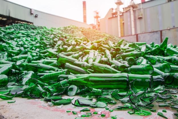 녹색 햇빛에 깨진 유리 조각을 재활용하는 많은 배경
