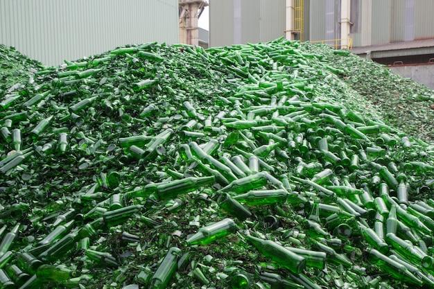 녹색으로 깨진 유리 조각을 재활용하는 많은 배경