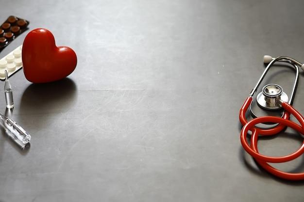 배경 의료 개념입니다. 심장 전문의의 테이블입니다. 청진기와 약은 의사가 처방합니다.
