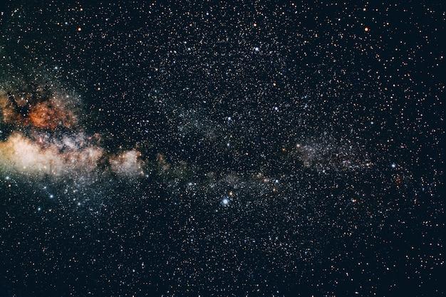 Фон ночное небо со звездами. трава. элементы этого изображения, предоставленные наса
