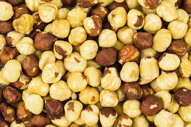 많은 수의 볶은 헤이즐넛의 배경. 헤이즐넛 수확으로 준비되었습니다. 상단에서보기.