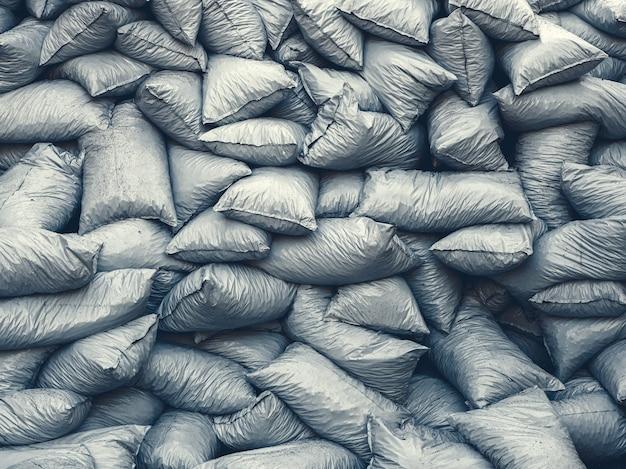 満たされたプラスチックゴミ袋の山の背景。