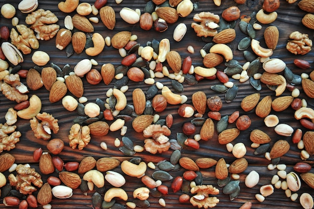 Фон различных орехов на деревянной поверхности. вид сверху