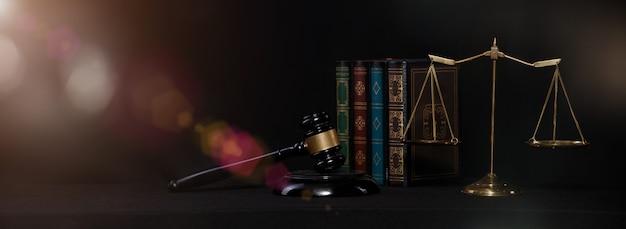 人々が最も望んでいるので、バランススケール、ハンマー、社会における正義と公正のための法律書の背景。犯罪を防ぐための判断教育の概念
