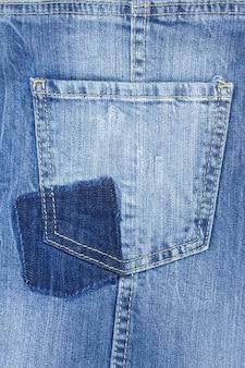 Фон синих джинсов с пустым карманом