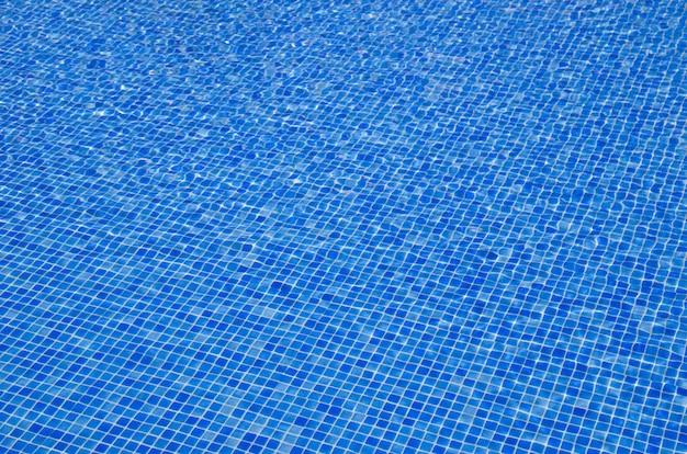 태양 반사와 푸른 수영장 물 배경