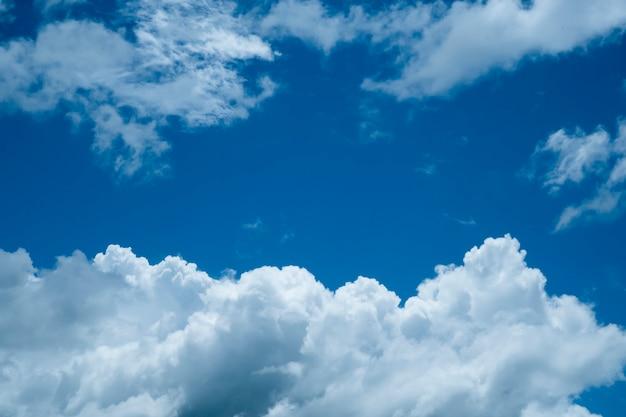 日中の雲と青空の背景