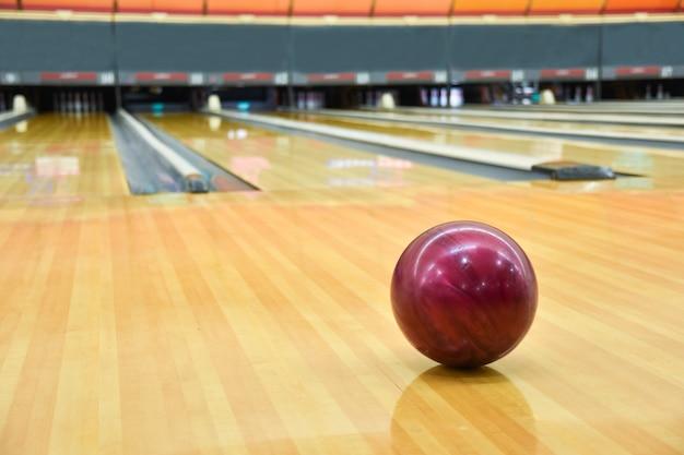 ボウリングボールの床の背景。