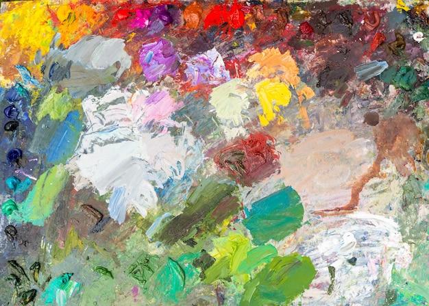 야외에서 신선한 오일 페인트로 밝은 전문 예술가 팔레트의 배경