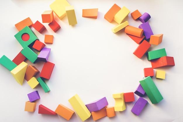 Фон детских игрушек. детский конструктор для интересной развивающей игры.