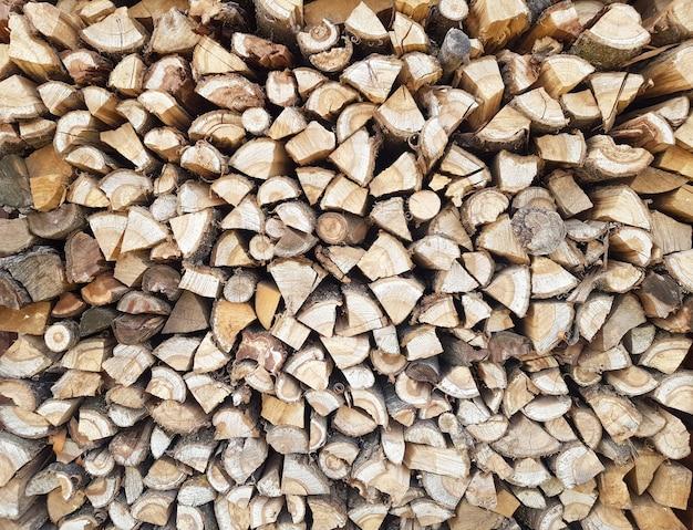Фон из рубленой древесины, лежащих друг на друге куча щебня крупным планом