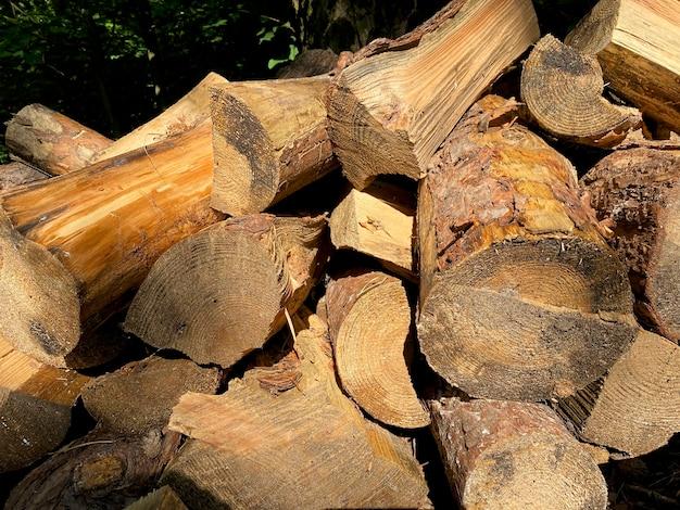 Фон из рубленых дров, лежащих друг на друге