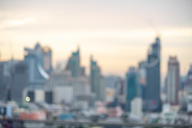 都市景観のコンセプトの背景:夕暮れの色の空と雲の抽象的なぼかしの航空写真の街