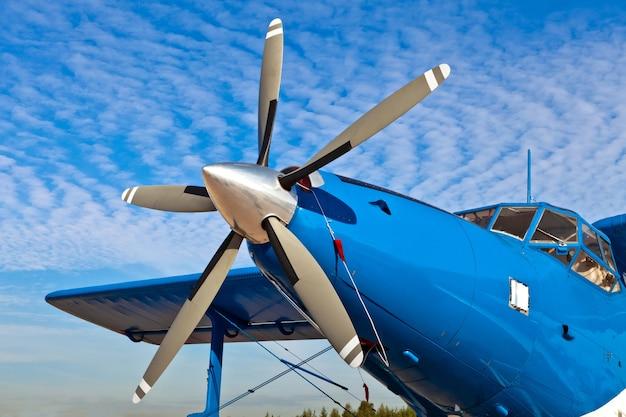 가까이 오래 된 항공기 프로펠러의 배경
