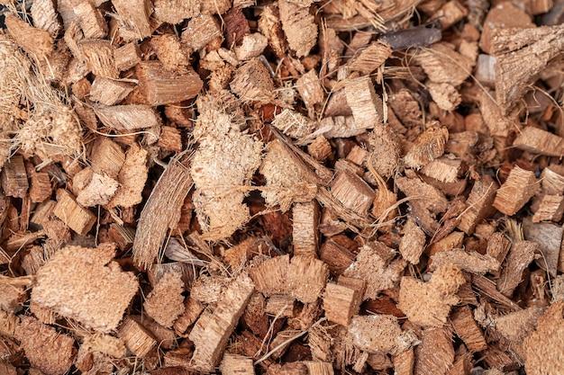 식물이나 테라리움 부지를 위한 토양 혼합 화분에 사용되는 코코넛 섬유 껍질의 배경