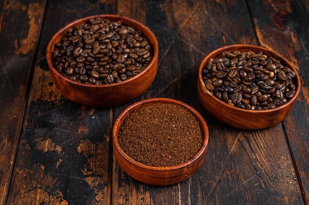 Предпосылка кофейных зерен и молотого молотого кофе.
