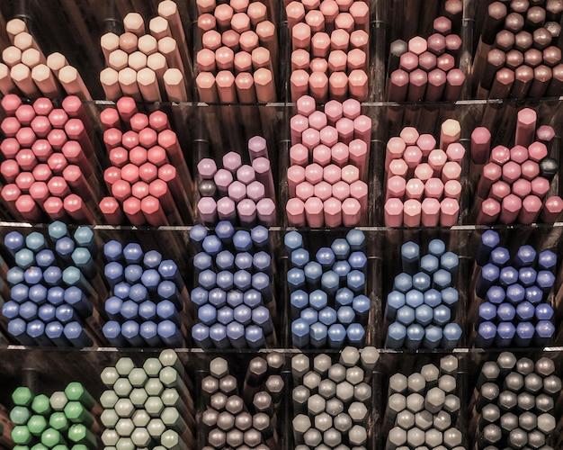 Фон из цветных карандашей. карандаши на прилавке продаж.