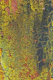 녹슨 금속 벽에 금이 간 다층 페인트의 배경. 작은 질감. 복사 공간