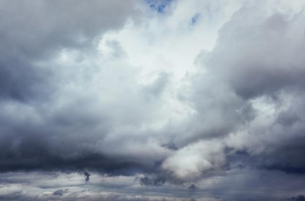 雷雨の前の暗い雲の背景。劇的な空。