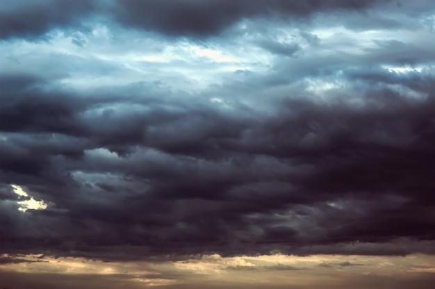 Фон темных облаков перед грозой. грозовые тучи в темном небе. темный фон непогоды.