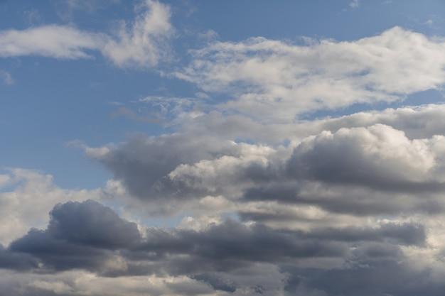 雷雨の前の暗い雲の背景。