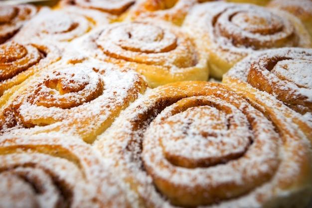 Фон вкусные свежие булочки cinnabon