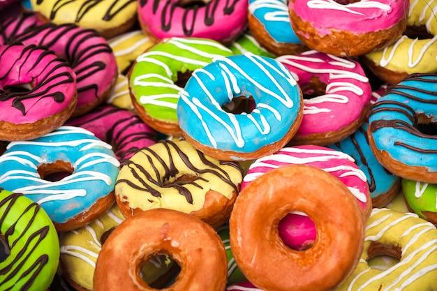 Фон различных красочных пончиков