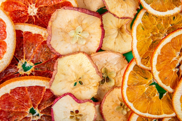 말린 과일 자몽 사과와 오렌지 조각 평면도의 배경