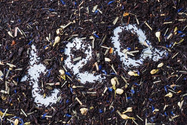 乾燥茶葉と花の背景。
